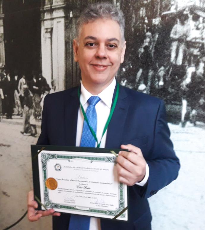 Diretor Elcio Brito recebe outorga da Láurea João Florentino Meira de Vasconcellos de Inovação Farmacêutica